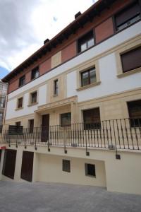 BR&C arquitectos Fachada entrada portal y garaje edificio Getxo
